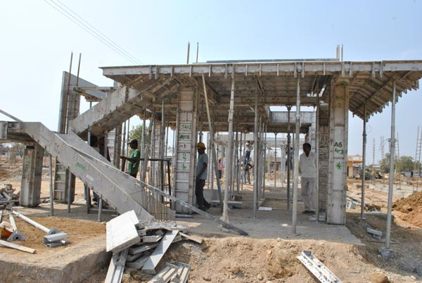 800 Skilled laboured from different states were engaged in the construction process.